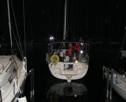 Hafenmanöver bei Nacht